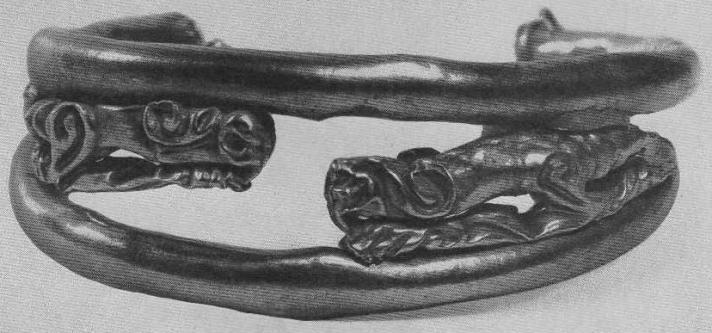 224. Золотая гривна из двух колец с фигурами зверей между ними. Сибирская коллекция.