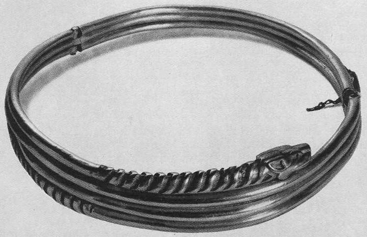 226. Золотая гривна спиральная на шарнирах со звериными головками на концах. Сибирская коллекция.