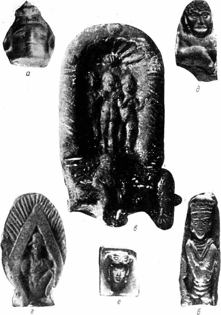 """Рис. 3. а — ТБ I, головка статуэтки в """"скифском"""" головном уборе; б — ТБ II, статуэтка, изображающая ахеменидского царя или сатрапа; в — Самарканд, терракота, изображающая колесницу с тремя нимфами в паланкине и сидящим Бесом впереди (приобретение С. М. Дудина 1902 г.); г — ТБ IV, буддийский образок; д — Кафир-кала, статуэтка человека тюркского типа с булавой в левой руке (атрибут тюркского хакана) и веткой в другой (барсом — атрибут зороастрийского культа) е — Кафир-кала, оттиск с глиняного штампа, изображающий лицо человека в шлеме в виде головы хищника (увел. 1/3)."""
