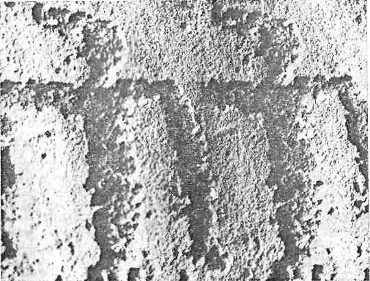 Рис. 15. Енисей. Стереофотоснимок техники выбивки петроглифов: каменный инструмент, края выбоин острые