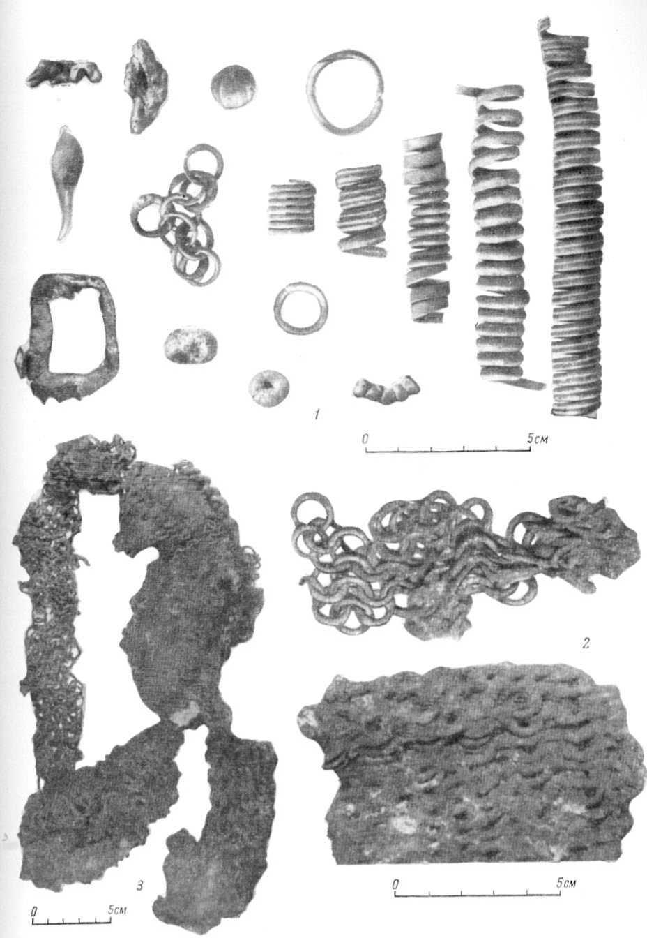 Таблица I. Кольчуги VIII—X вв. 1 - Княжое Село (№ 4), обрывки кольчужного плетения и сопутствующие им вещи; 2 — Гнездово (№ 12); 3 — Гнездово (№ 8).