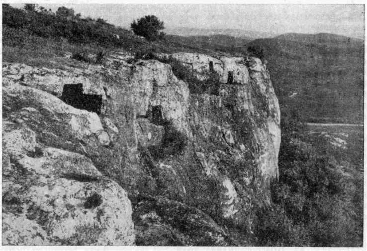 Рис. 2. Южный участок плато Тепе-Кермена. Видны входы в казематы