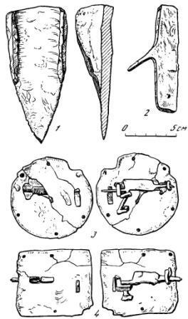 Рис. 6. Вещи из слоя XII—XIII вв. хозяйственного помещения. 1 — сошник; 2 — зубатка; 3, 4 — железные замки