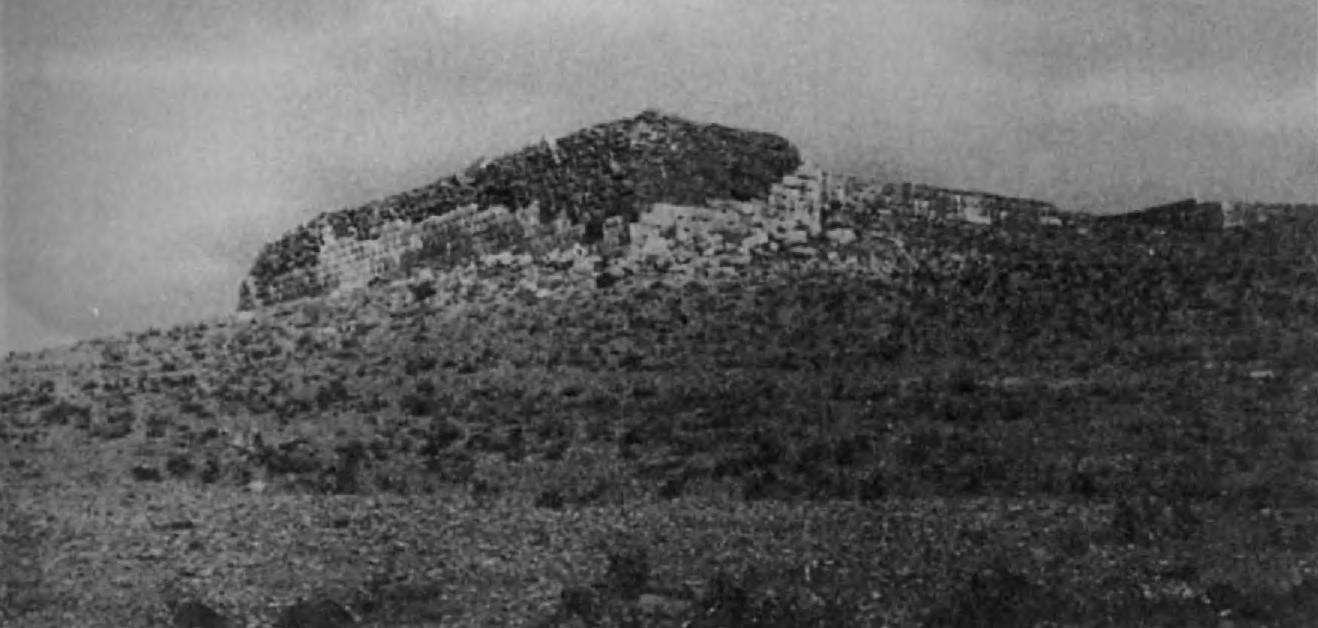 21, 22. Терраса в Пасаргадах. Эта большая терраса, сложенная из огромных, тщательно обтесанных камней, очень похожа на такое же сооружение в местности, называемой Масджид-и Сулейман (район современных нефтепромыслов в Хузистане).