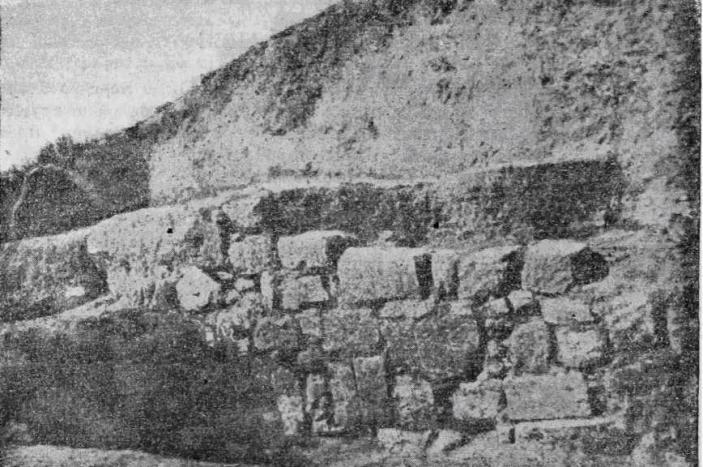 Рис. 30. Пантикапей. Раскоп 1946 г. Подпорная стена