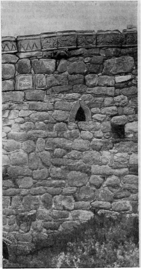 Рис. 52. Храм Тхаба-Ерды. Часть южного фасада. (Фото М. В. Фехнер)