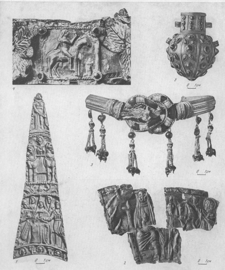Таблица CXV. Торевтика IV—III вв. до н. э. — III —IV вв. н. э. 1—пластина из кургана Карагодеуашх, III в. до н. э.; 2 — пластина из кургана с. Мерджаны, IV—III вв. до н. э.; 3 — диадема из Артюховского кургана, II в. до н. э.; 4 — деталь погребального венка с изображением царя, II в. н. э., Пан-тикапей; 5 — флакон полихромного стиля, III—IV вв. н. о., Пантикапей. Все — золото. Составитель М. М. Кобылина