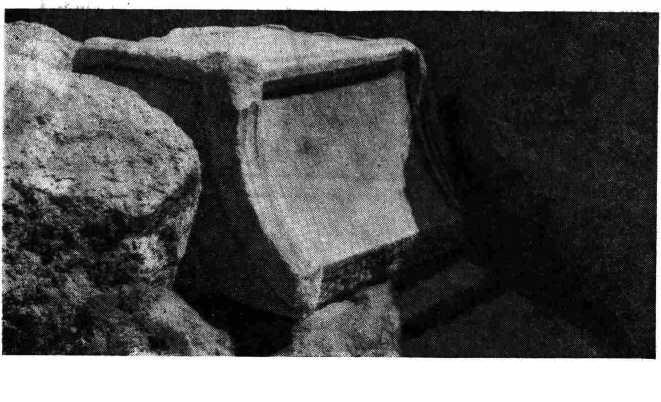 Рис. 1. Мраморный трон, заложенный в фундамент IV в. н. з. (вид с юго-запада)