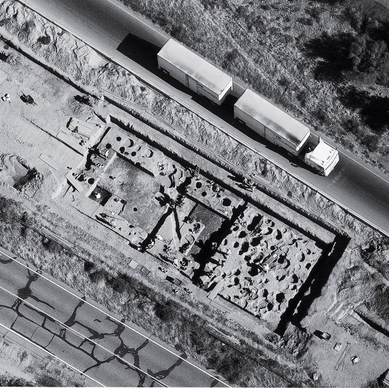 Археологические раскопки в рамках программы сохранения культурных ресурсов посередине автодороги № 10 в Таксоне, штат Аризона