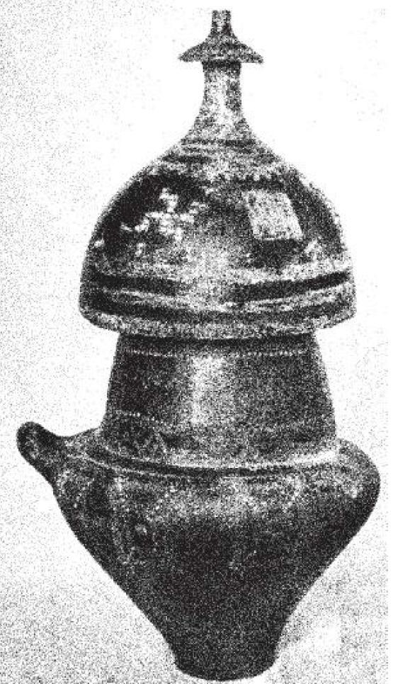 Рис. 32. Погребальная керамическая урна IX- VIII вв. до н. э. с крышкой в форме ггшема (общая высота 64 см); погребение XLVII в могильнике «делле Росе» (delle Rose), Италия.