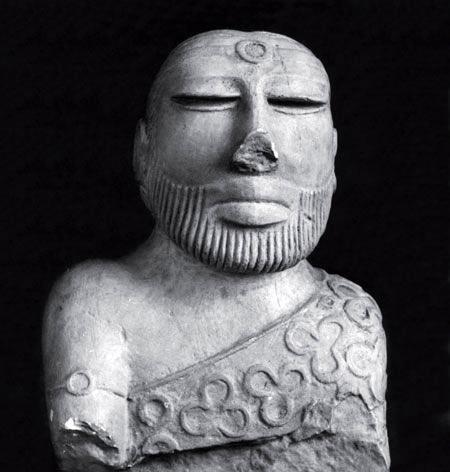 Неизвестный человек. Возможно, священнослужитель или какой-либо правитель из Moхендждаро, Пакистан, приблизительно 1800 год до н. э.
