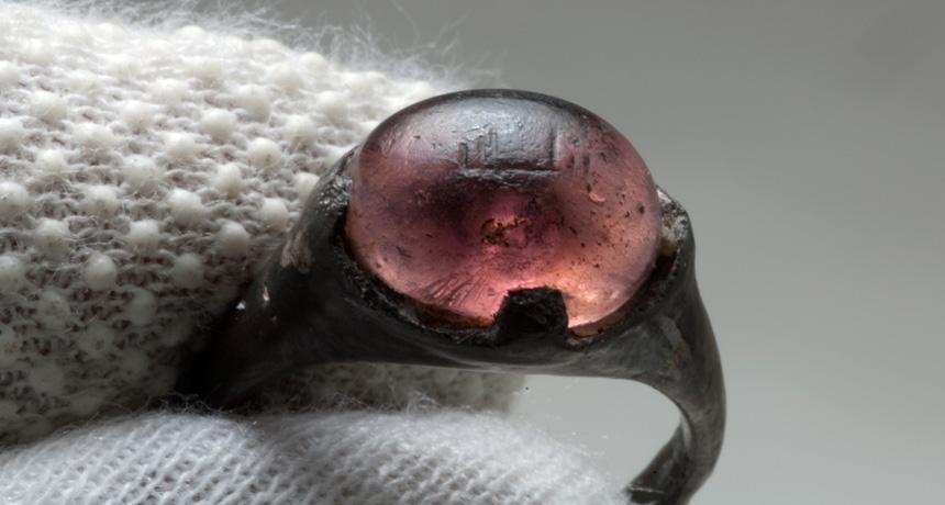 Серебряное кольцо со стеклянной вставкой из женской могилы викингов IX в.