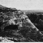 Пещера Волчий грот близ с. Мазанка в Крыму — первый древнепа¬леолитический памятник, найденный в России (фото О. Н. Бадера)