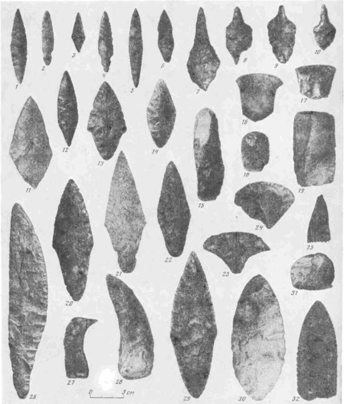 Рис. 4. Кремневые и сланцевые орудия волосовской культуры: 1—6, 12 — наконечники стрел (Сахтыш II, VIII); 11, 13,23, 24 — скребки (Сахтыш I, II, Стрелка I); 26—28 — ножи 14, 20—22, 29, 30 — наконечники дротиков (Сахтыш I, II, VIII, Стрелка I); 7—70 — проколки (Сахтыш II); 15—19, (Сахтыш I, VIII); 25, 31, 32 — штампы (Сахтыш I, II)