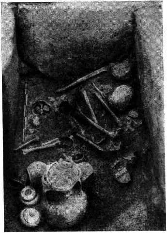 Рис. 2 Среднеэлладское погребение, вторично использованное в геометрический период