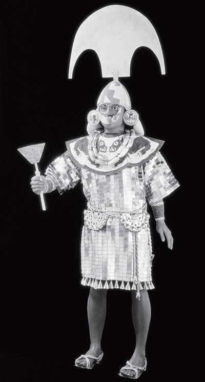 Рис. 1.4. Манекен в церемониальных одеждах воина — священника народа моче. Подобные одежды были найдены в царском захоронении 400 года н. э. в Сипане, Перу. Властители Сипана — одно из величайших археологических открытий XX века