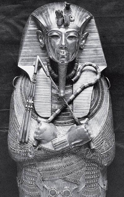 Рис. 1.2. Золотая маска и саркофаг египетского царя Тутанхамона (фотография Египетской экспедиции, Музей Метрополитэн)