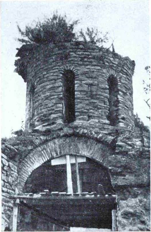 Рис. 4. Барабан с восточной стороны. Видна обнажившаяся подпружная арка и остатки коробового свода