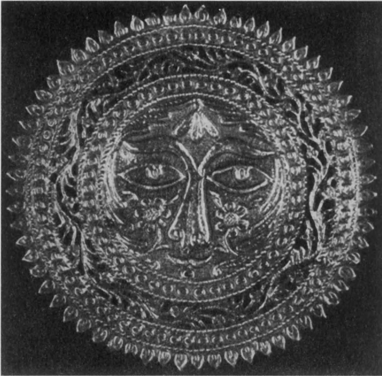 86.Серебряное позолоченное изображение Солнца, найденное в Сарпул-Зохабе (Луристан) (диаметр 10,7 см, вес 21 г)