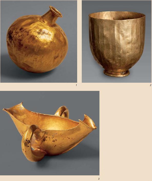 Ил. 4. Золотые сосуды из клада А (ГМИИ): 1 - фляга с шаровидным туловом; 2 - кубок; 3 - соусник